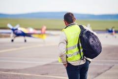 Agente di sicurezza di aviazione che esamina gli aeroplani fotografie stock libere da diritti
