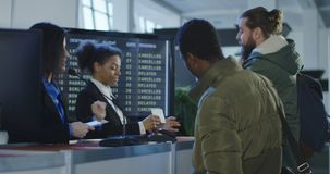 Agente di sicurezza femminile sorridente ad un aeroporto archivi video