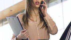 Agente di vendite che organizza riunione con il cliente per osservare le opzioni della proprietà, telefonata stock footage