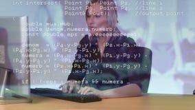 Agente do centro dos códigos e de chamada da relação na frente do computador vídeos de arquivo