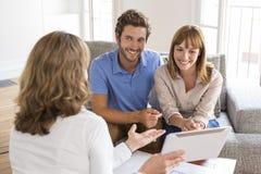 Agente do corretor de imóveis que apresenta uma propriedade nova do projeto no PC da tabuleta Imagem de Stock