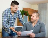 Agente e cliente con i documenti a casa Immagine Stock Libera da Diritti