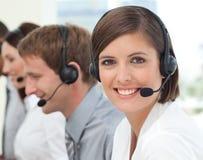 Agente femenino del servicio de atención al cliente en un centro de atención telefónica imagenes de archivo