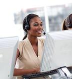 Agente femenino del servicio de atención al cliente en un centro de atención telefónica fotos de archivo libres de regalías