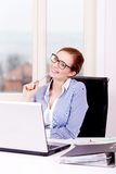 Agente femenino joven sonriente del callcenter con las auriculares Fotos de archivo