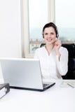 Agente femenino joven sonriente del callcenter con las auriculares Fotografía de archivo libre de regalías