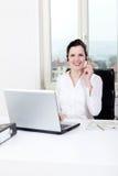 Agente femenino joven sonriente del callcenter con las auriculares Fotos de archivo libres de regalías