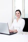 Agente femenino joven sonriente del callcenter con las auriculares Fotografía de archivo