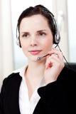 Agente femenino joven sonriente del callcenter con las auriculares Foto de archivo