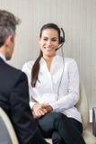 Agente femenino Looking At Manager del servicio de atención al cliente Fotos de archivo