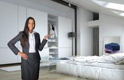 Agente femenino Showing Architectural Bedroom Foto de archivo libre de regalías
