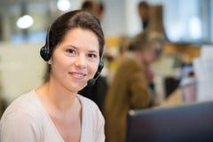 Agente femenino sonriente del servicio de atención al cliente fotografía de archivo libre de regalías