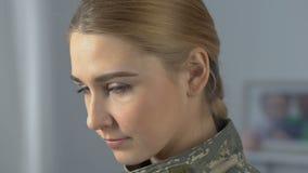 Agente femenino valiente en el camuflaje que mira la cámara, fuerzas armadas trabajo, valor de la guerra almacen de metraje de vídeo