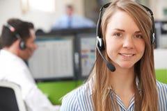 Agente femminile In Call Centre di servizi di assistenza al cliente Fotografia Stock