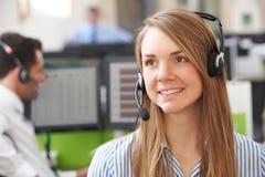 Agente femminile In Call Centre di servizi di assistenza al cliente Immagini Stock