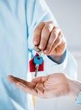 Agente Giving House Key da corretora de imóveis ao novo proprietario Imagens de Stock
