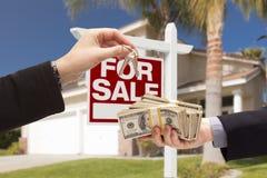 Agente Handing Over Keys, comprador que cede o dinheiro para a casa imagens de stock royalty free