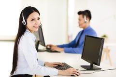 Agente hermoso del centro de atención telefónica que trabaja en oficina Imagenes de archivo