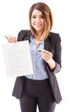 Agente immobiliare abbastanza femminile con un contratto d'affitto Fotografia Stock