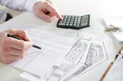 Agente immobiliare che analizza pianificazione finanziaria di una casa Immagini Stock