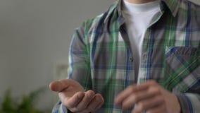 Agente immobiliare che fornisce le chiavi alla proprietà d'acquisto dell'uomo, ipoteca per i giovani video d archivio