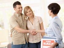 Agente immobiliare che si congratula le coppie Fotografia Stock Libera da Diritti