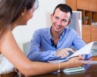 Agente immobiliare che spiega offerta al cliente in ufficio Immagini Stock