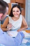 Agente immobiliare che spiega offerta al cliente in ufficio Fotografie Stock