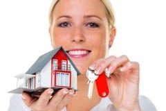 Agente immobiliare con la casa e la chiave Fotografia Stock Libera da Diritti