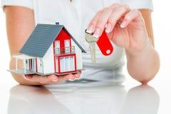 Agente immobiliare con la casa e la chiave Immagini Stock Libere da Diritti