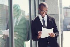 Agente immobiliare con le carte Immagini Stock Libere da Diritti