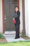 Agente immobiliare davanti alla casa Fotografia Stock