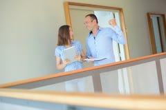 Agente imobiliário na conversação imagens de stock