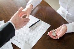 Agente imobiliário que agita as mãos com seu cliente Fotografia de Stock