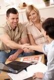 Agente imobiliário que faz o negócio Imagens de Stock Royalty Free