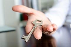 Agente imobiliário que mostra chaves da casa Foto de Stock Royalty Free