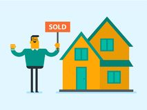 Agente inmobiliario caucásico con el cartel vendido Imagen de archivo