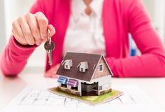 Agente inmobiliario con clave imágenes de archivo libres de regalías