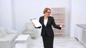 Agente inmobiliario con el acuerdo del arriendo o de compra metrajes