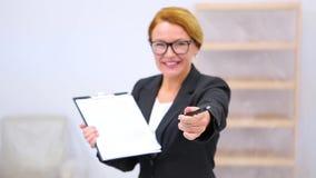 Agente inmobiliario con el acuerdo del arriendo o de compra almacen de video