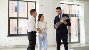 Agente inmobiliario con la carpeta que muestra documentos a los clientes