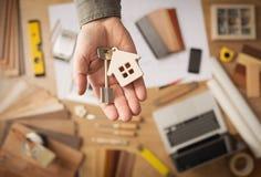 Agente inmobiliario con llave de la casa Imagen de archivo libre de regalías