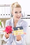 Agente inmobiliario de sexo femenino en la oficina. Imagenes de archivo
