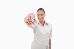 Agente inmobiliario de sexo femenino que lleva a cabo llaves Fotografía de archivo libre de regalías