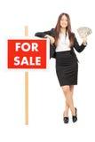 Agente inmobiliario de sexo femenino que sostiene el dinero Fotos de archivo libres de regalías