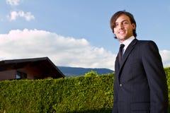 Agente inmobiliario joven con los cielos azules Fotos de archivo