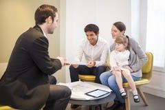 Agente inmobiliario joven de la reunión de la familia para comprar la propiedad imagen de archivo libre de regalías