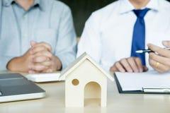 Agente inmobiliario para presentar la propiedad y el x28; house& x29; al cliente fotografía de archivo