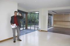 Agente inmobiliario Photographing New Property Fotos de archivo