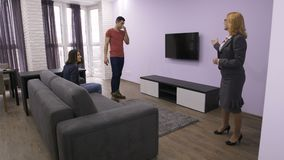 Agente inmobiliario profesional que muestra el nuevo apartamento almacen de metraje de vídeo